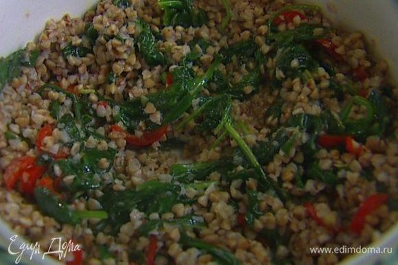 Выложить в сковороду к шпинату готовую гречку, все перемешать, приправить оливковым маслом, присыпать кинзой и подавать.