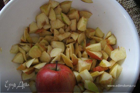 Нарезать яблоки кубиками.