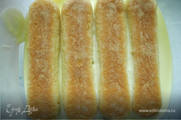 Затем опять слой крема. Следующий слой – печенье, смоченное в смеси лимончелло и воды. Затем опять крем. Следущий слой печенья смочить в лимончелло, смешанном с водой.