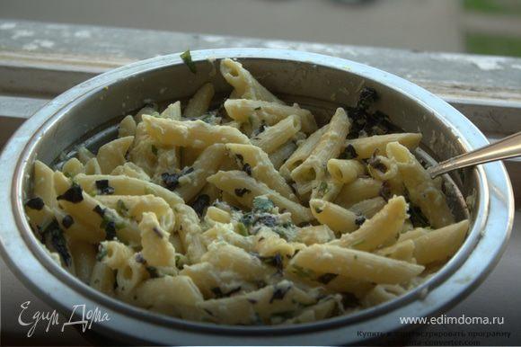 Слить макароны, оставив немного воды на случай, если соус будет густоват. Выложить в миску с соусом, перемешать. По надобности добавить воду из-под макарон. Украсить листочками базилика.