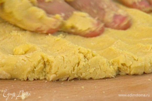 Добавить желток и вымешать тесто, чтобы оно стало эластичным.