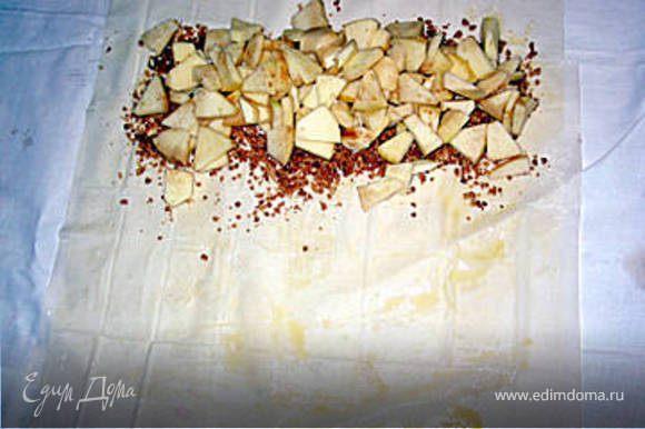 сверху выкладываем рублённые очищенные яблоки, посыпаем орехами, шоколадом, изюмом, сверху посыпаем сахаром с корицей.