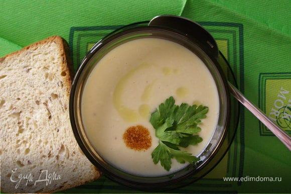 Выложить суп в пиалу, посыпать свежей зеленью. Bon appétit!