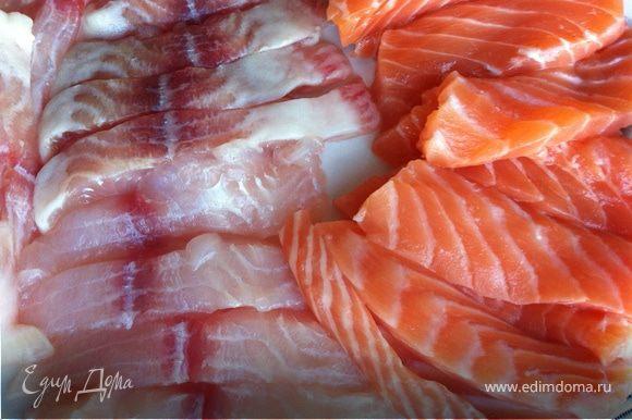 Рыбу нарезать длинными кусочками, посолить, поперчить и сбрызнуть лимонным соком.