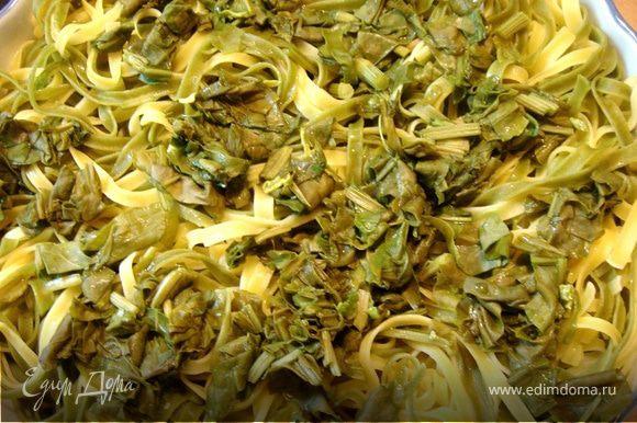 Тальятелле сварить,сбрызнуть оливковым маслом,выложить в большую жаропрочную форму и отставить не на долго.Шпинат(щавель)порезать и ошпарить кипятком.Выложить на тальятелле.