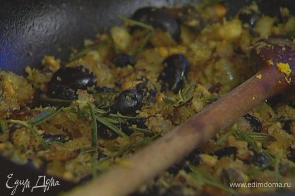 Добавить в сковороду 2–3 ст. ложки хлебной крошки, цедру лимона и прогреть все еще раз на медленном огне.