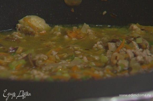 Влить 200—300 мл горячей воды, накрыть крышкой и тушить соус на медленном огне еще 15 минут. В конце добавить листья тимьяна (немного тимьяна оставить).