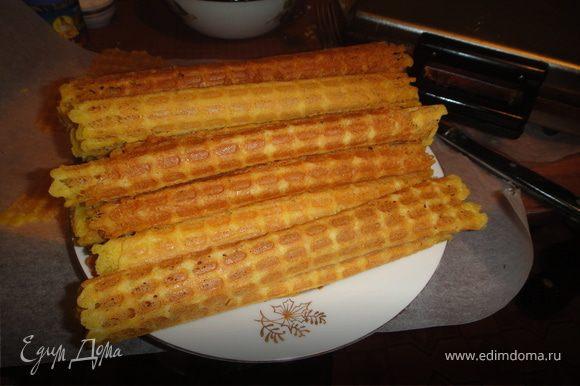 вафельницу нагреть,смазать маслом и выпекать,тесто добавлять по 1 ст.ложке,вафли сразу сворачивать в трубочки.