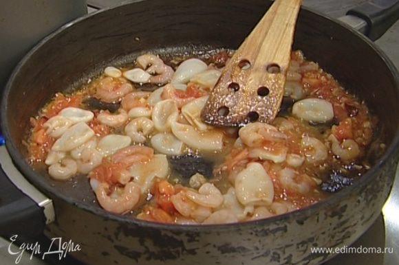 Кальмаров нарезать кольцами, а креветки и рыбу — небольшими кусочками и добавить в сковороду.