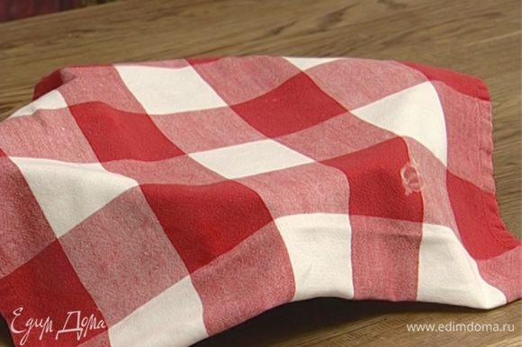 Накрыть посуду с тестом полотенцем и поставить на 2 часа в теплое место.