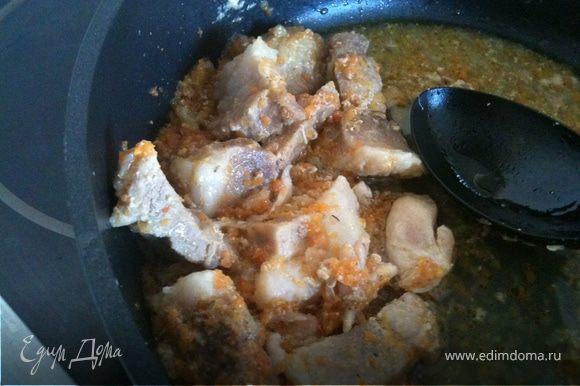 Добавим мясо и морковь. Вольем 100 мл. бульона (куриного или овощного), закроем крышкой и потушим минут 20. Затем я достала куриные крылышки, избавила их от косточек, вернула назад, добавила мартини (такой аромат разнесся по кухне) и накрыла крышкой. Солим, перчим и тушим еще минут 20, не допуская полного выпаривания жидкости (она нам понадобится для взбивания паштета).