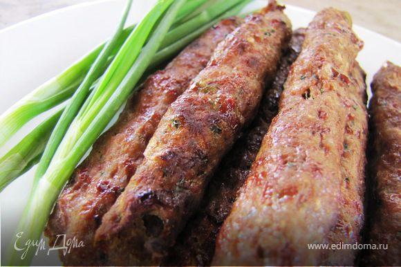 Готовые вкусняшки осторожно снимаем с шампура: совет - сначала колбаску чуть пододвигаем назад, дабы сбвинуть с места, а потом снимаем с шампура.