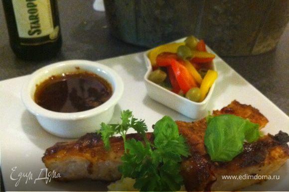это мясо идеально будет с пюре и овощами, подайте горячее мясо, с теплый соусом и бутылочкой хорошего чешского темного пива.