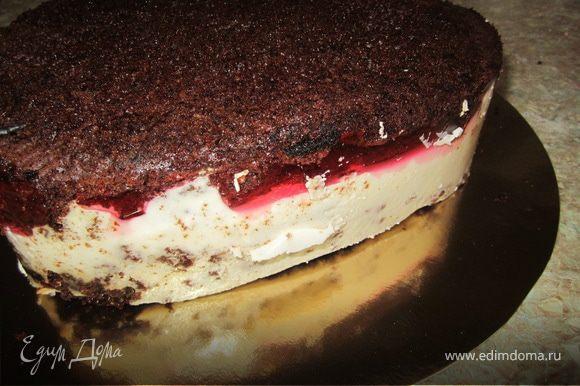 Достать торт из холодильника. Вытянуть из разъёмной формы. Вот что должно получится.