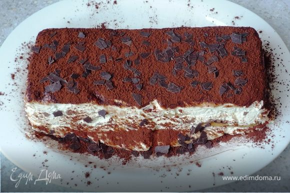 Посыпать какао и оставшейся шоколадной крошкой. Нежнейший и вкуснейший десерт готов. Приятного аппетита!