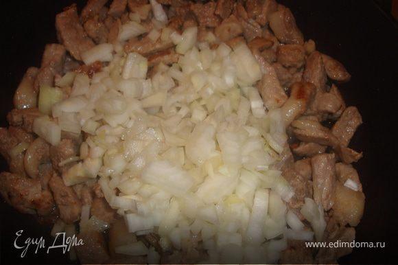 Когда мясо немного обжарится, добавить к нему порезанный крупными кубиками лук и, если хотите, потертую на крупной терке морковку (я морковь не добавляла).