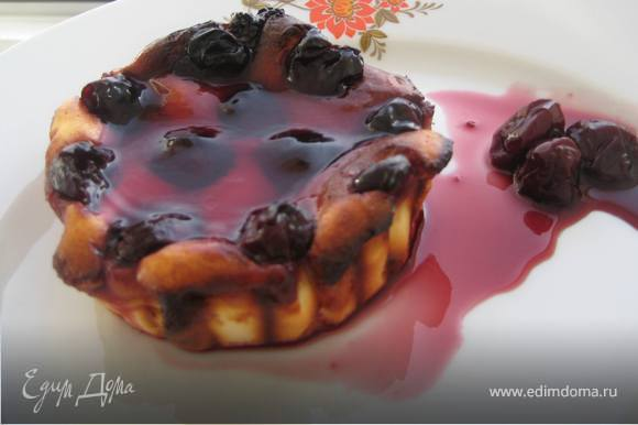 Остывшие чизкейки поливаем желе для торта,сваренным на вишневом соке и полностью остужаем в холодильнике.