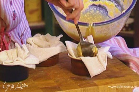 В углубления разложить масляный крем.