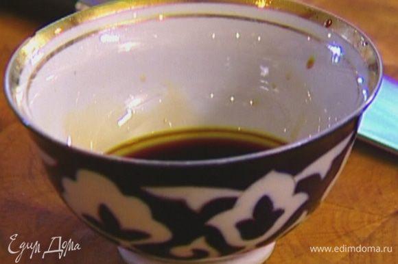 Сделать заправку, соединив соевый и рыбный соус, кленовый сироп и оливковое масло Extra Virgin.