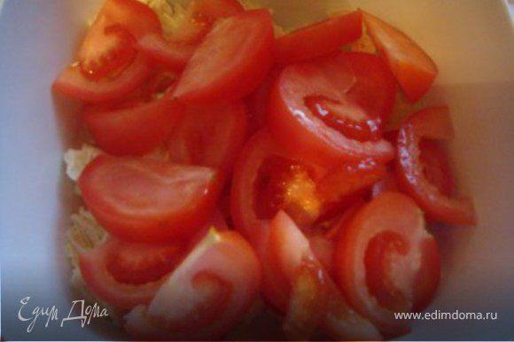 Затем порезать дольками помидоры