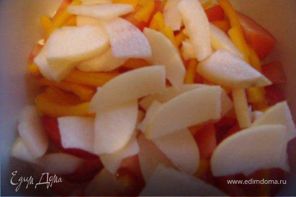 Потом тонкими кусками грушу режем Все соеденить, посолить и поперчить по вкусу и хорошо перемешать. Оливковое масло соеденить с соком лимона, заправить салат и вновь хорошо перемешать.