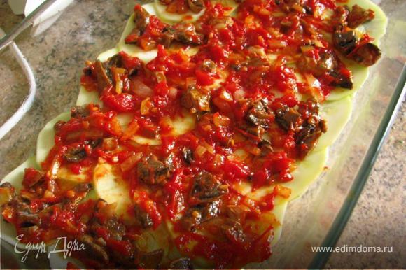 Сверху уложить тонко нарезанные кабачки, а на них томатно-грибную пасту. Продолжать укладывать слоями. Верхний слой обильно посыпать натертым сыром. Запекать в духовке 30 минут при 170С.