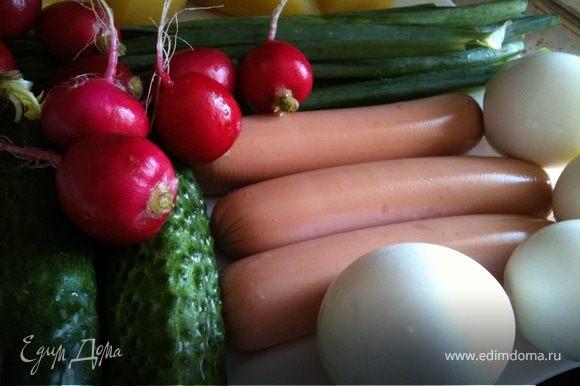 Отварите яйца и картофель. Нарезать мелким кубиком сосиски (мясо, ветчину), картофель, яйца, огурцы. Мелко покрошить редиску, лук, укроп. Лук необходимо потереть толкушкой с солью, чтобы он отдал свой сок :)))