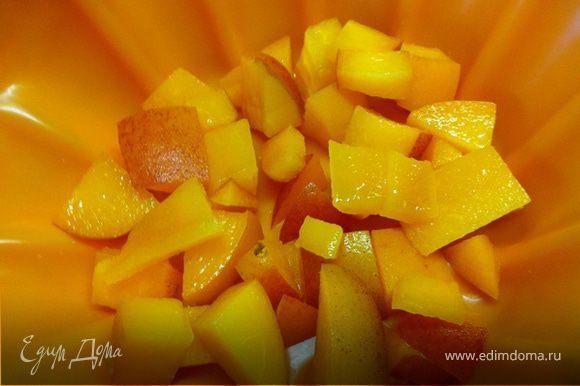 Персики мелко порезать. Часть положить на дно формы, остальные добавить к рисово-творожной массе.