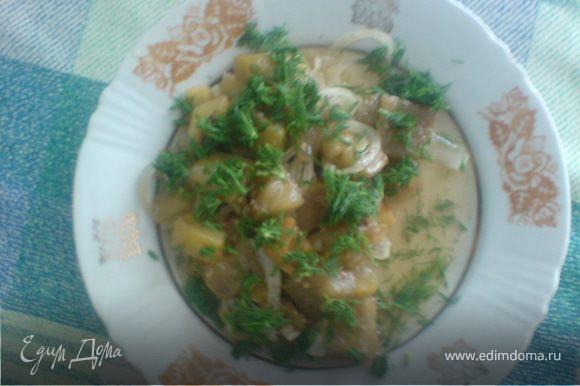 готовое блюдо можно украсить зеленью петрушки или укропа.