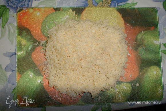 Готовим заливку: Натереть на мелкой тёрке сыр и добавить его к предварительно взбитым яйцам, добавить сливки и все тщательно перемещать.