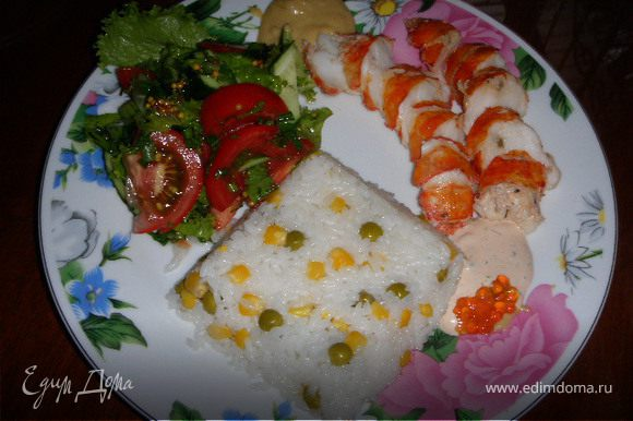 На гарнир можно подать салат, и рис отваренный на пару . Для большего вкуса и цвета в готовый рис добавляют консервированный горошек и кукурузу.