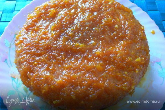 Глазурь вылить на пирог в горячем виде