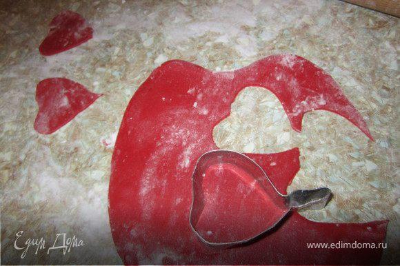 Раскатать красную мастику. Вырезать нужное количество лепестков. Вырубка для листика у меня самодельная, взяла железную вырубку для печенья и произвольно изогнула, что бы было похоже на лепесток.