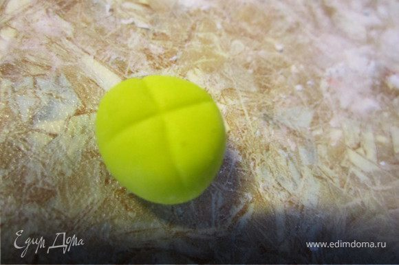 Делаем серединку цветка. Из желтой мастики сделать такой шарик.
