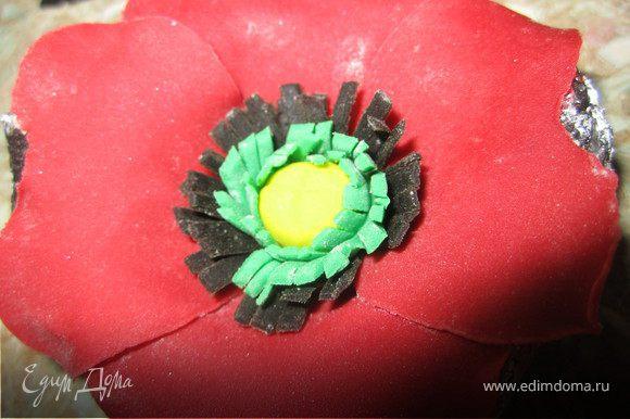 Срединку цветка немного смазать водой и уложить сердцевинку цветка.