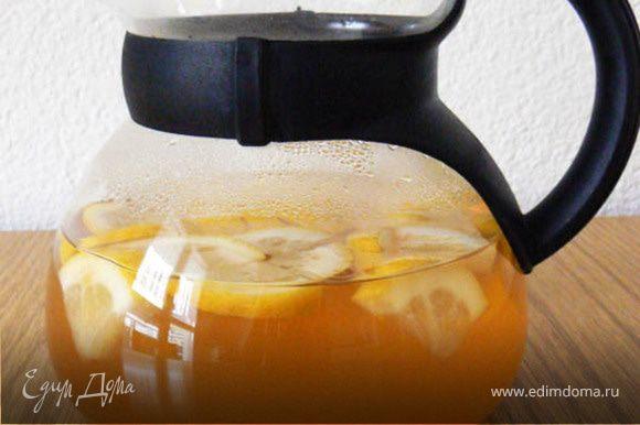 Приготовить чай и остудить. Добавить апельсиновый сок, порезанные фрукты и дать немного постоять. Затем добавить сахар (по желанию), поставить на пару часов в холодильник. Затем налить чай в стакан и можно наслаждаться!
