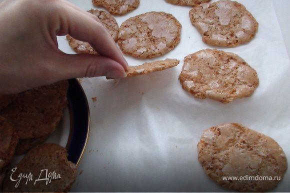 После того, как достали печенье, нужно дать ему время остыть, затем снять с пергаментной бумаги. Приятного аппетита:)))
