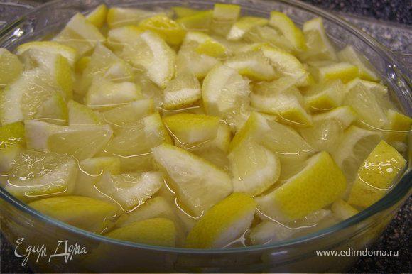 Не чистя, порезать на кусочки. Косточки предварительно вынуть, иначе впоследствии варенье будет горчить. Залить лимоны водой и дать настояться ночь в холодильнике.
