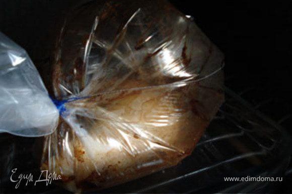 Запекать окорочок в духовке в течении 30-45 минут. В последние минут 10 в рукаве сделать надрезы, чтобы кожица подрумянилась.