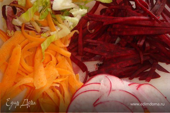 Все корнеплоды тщательно промыть, морковь и свеклу очистить от кожуры. Редис нарезать тонкими, почти прозразными полу ломтиками, морковь с помощью овощечистки нарезать на длинные тонкие полоски, свеклу нашинковать тонкой соломкой. Отделить листики укропа, стебли нам не понадобятся, их можно использовать для овощного бульона. Ломтики лимона нарезать на 6-8 частей. Листья салата тонко нарезать или нарвать руками. Соединить все вместе, заправлять перед подачей.