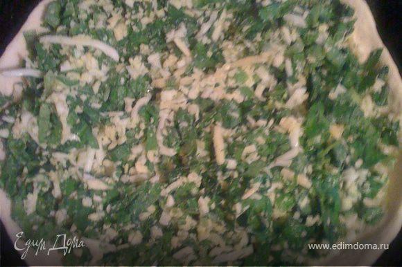 Раскатываем тонко тесто, кладем на сковороду или противень. Выкладываем начинку: смешиваем мелко нарезанный шпинат, растолченный с солью, натертый сыр, вареное яйцо, немного оливкового масла.