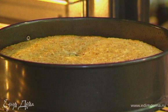 Отправить чизкейк в разогретую духовку на 35-40 минут, затем остудить и вынуть из формы.