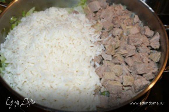 За 10 минут до готовности капусты (проверить, чтобы воды было минимальное количество) добавить в сотейник рис и мясо. Перемешать содержимое сотейника, накрыть крышкой и оставить на небольшом огне еще на 10 минут. Я тушу капусту подольше, чтобы она была совсем мягкая - так вкуснее получается.