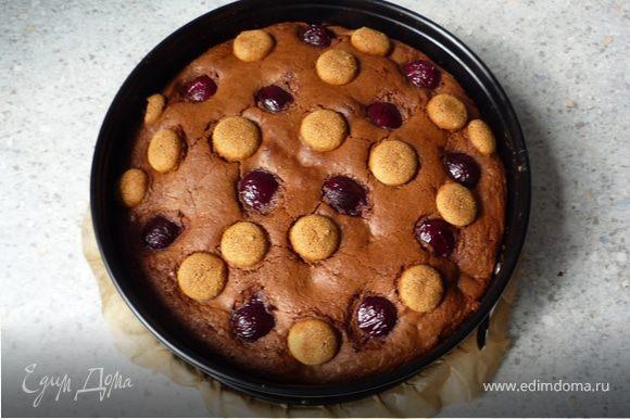 Запечь в предварительно разогретой до 175°C духовке 50-60 минут. Готовность проверить деревянной зубочисткой, проткнув ею пирог. Если на ней теста не осталось, то пирог готов.