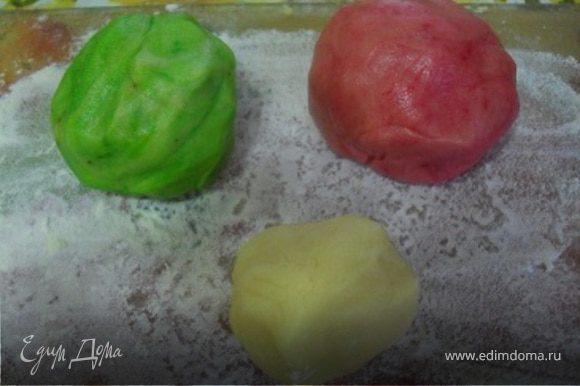 Сделать тесто, смешав яйцо, сахар, соль, маргарин, муку.Замесить гладкое эластичное тесто.Разделить тесто на 3 части: 1 самая большая, 2 чуть меньше, 3 меньше 2 части в 2 раза.В 1 добавить красный пищевой краситель, во 2 зеленый, а 3 часть оставить белой.