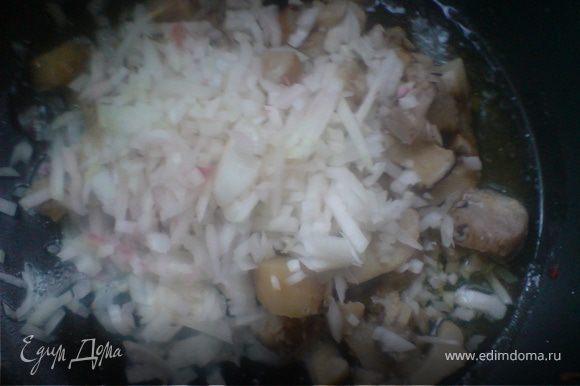 оставшийся лук смешать с грибами и обжарить на оливковом масле