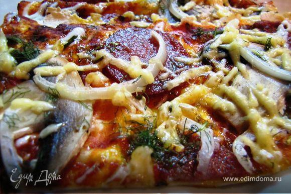 через пять минут по кухне плывут вкуснейшие ароматы, через 10 минут - тончайшая пицца уже готова.