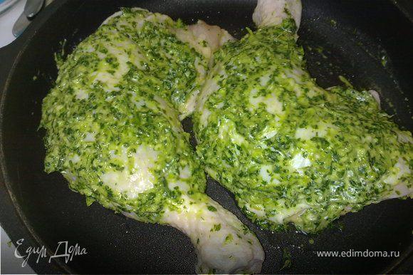 Листья кориндра со всеми остальными ингредиентами в блендере измельчить до состояния пасты. В курице сделать глубокие проколы и натереть полученной пастой. Выложить в форму для запекания и оставить промариноваться на 15 мин.
