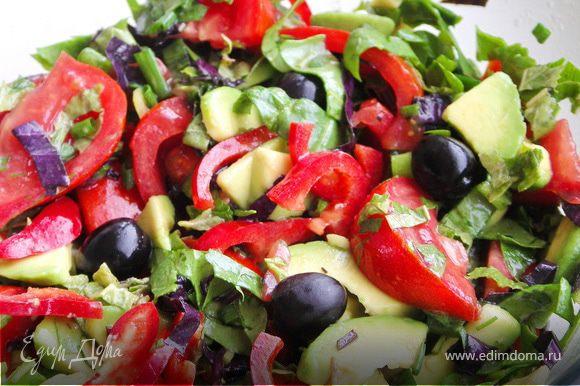 Мяту(только листики),тимьян(только листики) и базилик мелко порезать и растереть в ступке с солью.Залить 2-3 ст.ложками масла.Перемешать.Заправка готова.Овощи и шпинат помыть,высушить и нарезать.Добавить оливки.Полить ароматным маслом.Хорошенько перемешать.И можно кушать:))С кусочком любимого хлеба и бокалом холодного белого вина...ммм..чудесный ужин:)