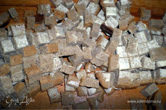 Хлеб нарезать кубиками.